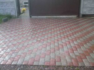 Укладка тротуарной плитки во дворе дома на входе в Благовещенске