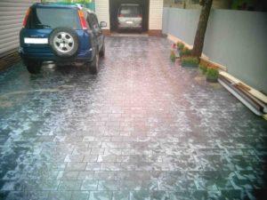 Укладка тротуарной плитки во дворе