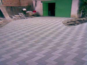 Укладка тротуарной плитки перед гаражом в Благовещенске