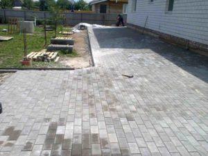 отделка тротуарной плиткой перед домом в Благовещенске